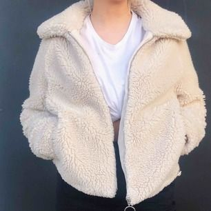 Säljer en fin jacka från hm! Snyggt till nästan allt! Frakt ingår ej i priset