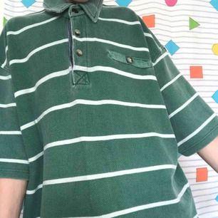 Oversized ♻️vintage♻️ t-shirt i en fin grön färg 💚 Den passar oversized på mig, stämpel till sommaren! Du kan stajla med shorts, boots och en ryggsäck 😍 Frakt ligger på 54kr 📨 Fråga mig om du har några funderingar ❓