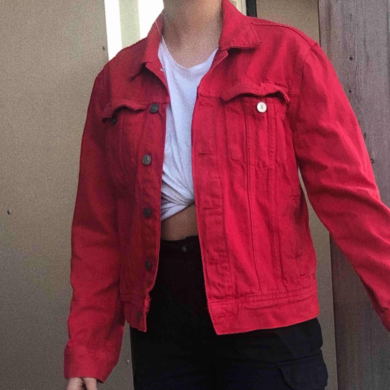 Säljer en najs, lite vintage baserad jeans jacka! Perfekt för sommaren! Frakt ingår ej. Jackor.