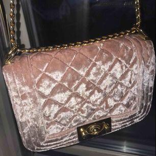 Superfin rosa handväska från Gina tricot, nästan helt oanvänd😊 frakten blir 50kr