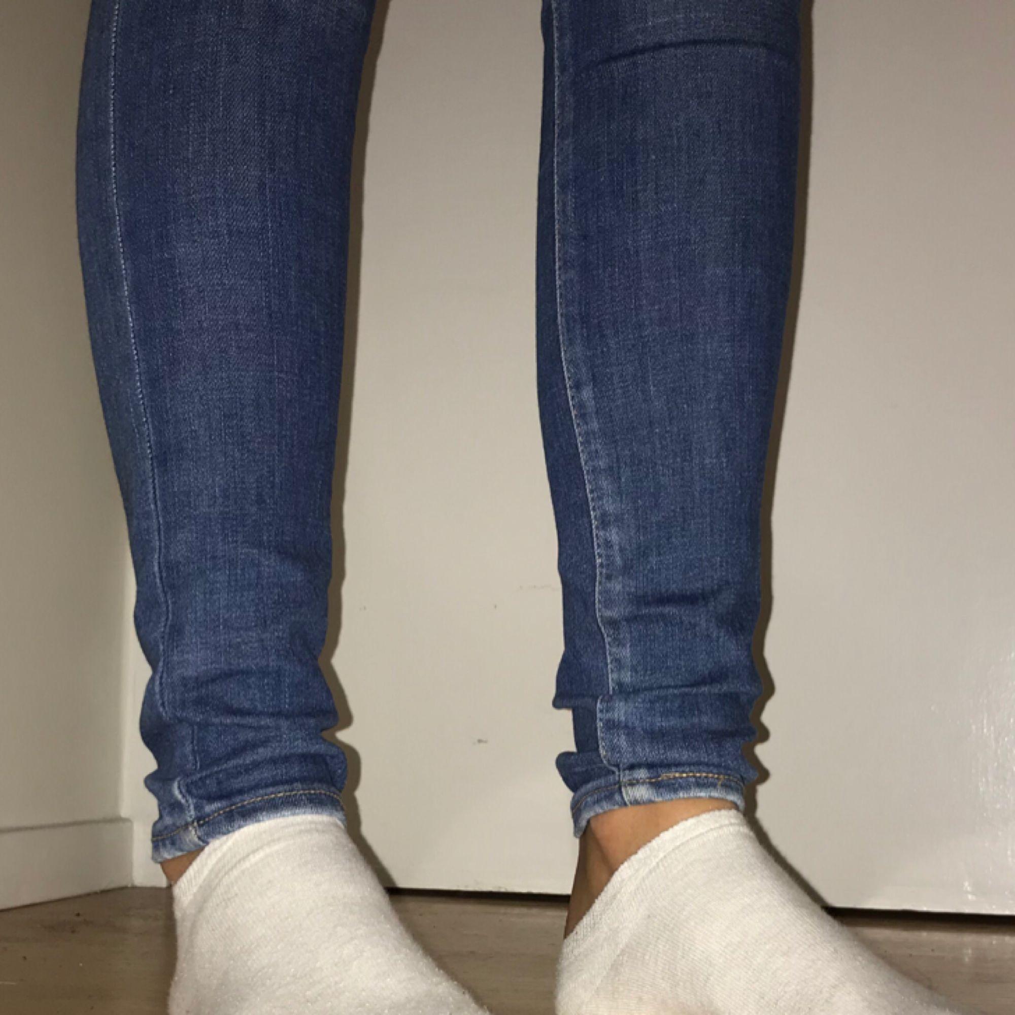I princip helt oanvända tighta jeans från Levis:)) eventuell frakt 54kr. Jeans & Byxor.