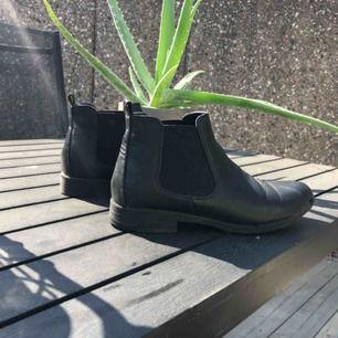 Snygga skor köpta i vintras. Säljer pga av ej min stil. Använd några gånger men i gått skick. Nypris 499kr.  Köparen står för frakten.