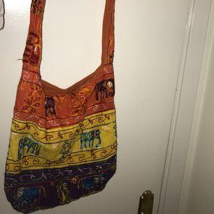 En färgglad mjuk väska, perfekt att ha med till stranden!🕶🏝köpt i Indien:) Eventuell frakt 36kr