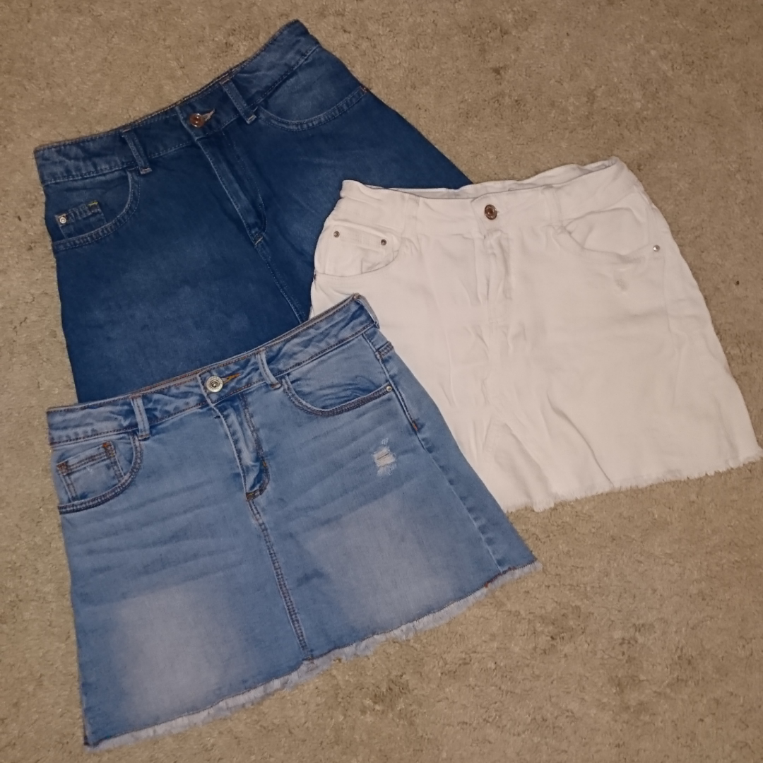 Säljer tre jeanskjolar den vita och ljusblå från zara och den mörkblå från hm. Den från hm är i storlek 32 och de från zara är i storlek 152 typ. Passade mig förra sommaren då jag var 160, nu är de dock för små... Alla för 200 eller en för 100+frakt 18kr per kjol. Betalning via swish . Kjolar.