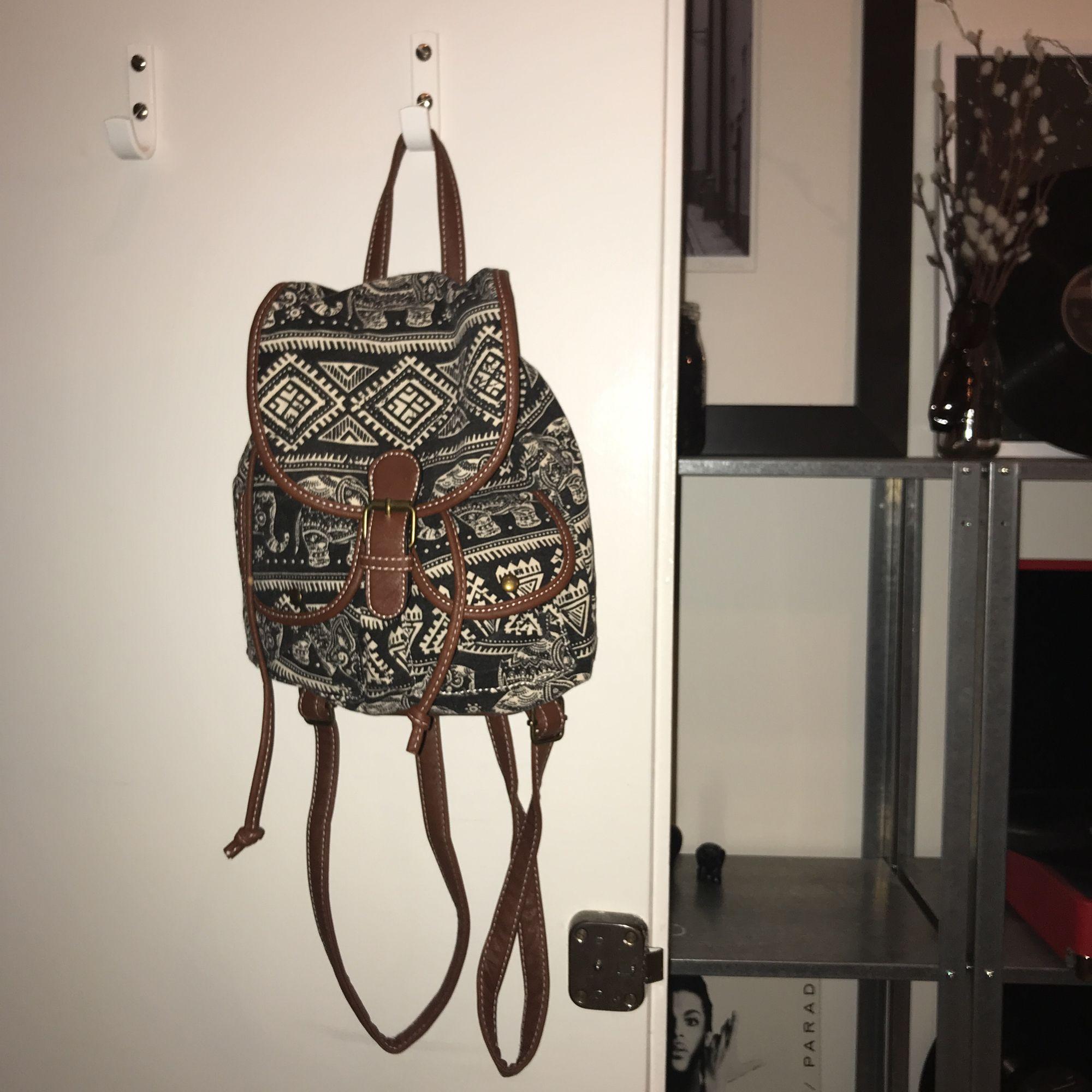 En mindre ryggsäck med elefanter på🎒🐘😁! Eventuell frakt 72kr, annars möts jag upp i Stockholm!. Väskor.