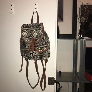 En mindre ryggsäck med elefanter på🎒🐘😁! Eventuell frakt 72kr, annars möts jag upp i Stockholm!