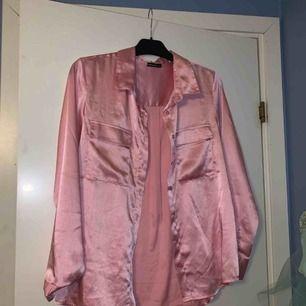 Supersnygg skjorta i siden material.
