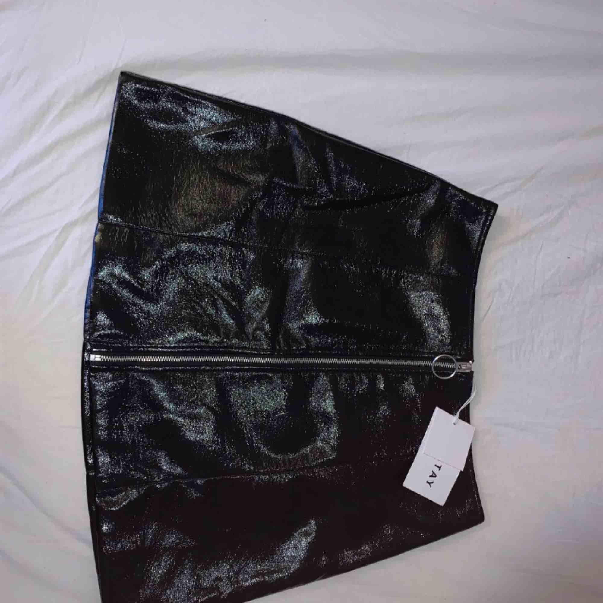 Helt ny lack kjol ifrån carlings, storlek L/ M skulle jag säga. . Kjolar.