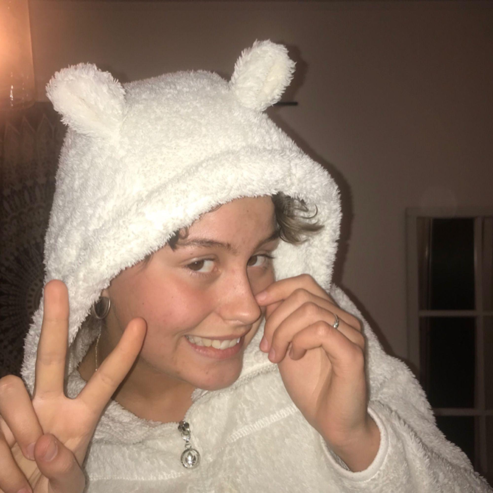 Vit fluffig tjocktröja med öron!! Ser lite ut som en isbjörn i den🐑😁! Eventuell frakt 90kr, annars möts jag upp i Stockholm . Huvtröjor & Träningströjor.