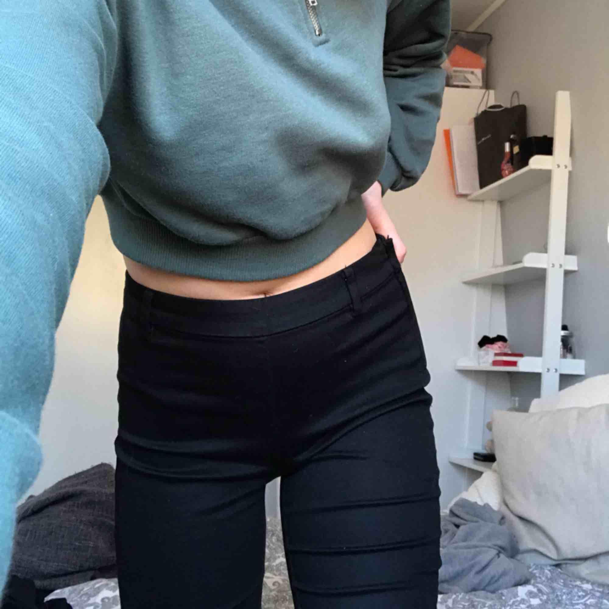 Kostymbyxor från h&m som är i superbra skick och använda en gång. Frakt tillkommer hör av dig om du har nån fråga🧡. Jeans & Byxor.
