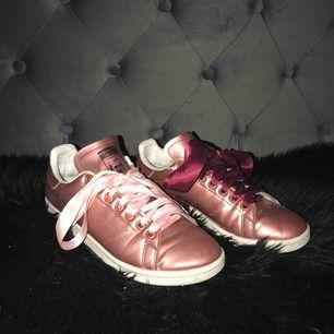 Jätte fina Adidas Stan Smith säljs pga för små. Använda 1 vår. Rosé guld - jätte fin färg, dessutom så har dem inte vanligt tyg snöre för detta är mer ballt :)) ( går såklart att byta skosnöret )  Köpare står för frakten :)