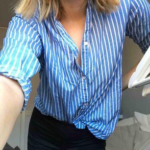 Skjorta från kappahl som knappt är använd och i väldigt bra skick. Säljer då den inte riktigt är min stil. Frakt tillkommer! Hör av dig om du har nån fråga🥰