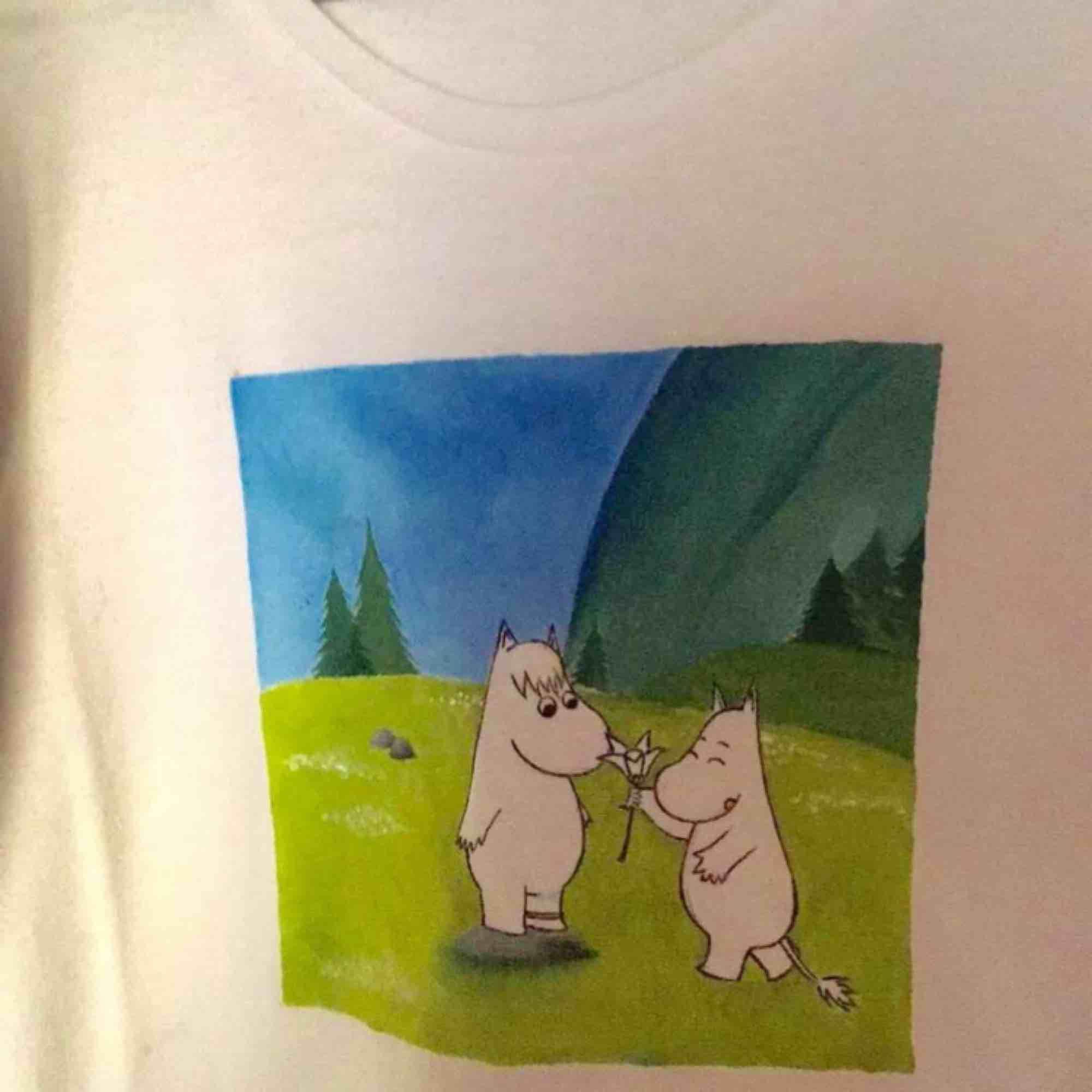 Hejhej jag säljer egenmålade tröjor❤️ Det här är några av beställningarna jag gjort tidigare. De går att tvätta i 40 grader. Har storlek XS-XL och pris varierar 200-300 beroende vad du vill ha. Du kan bestämma motiv själv eller låta mig göra ett motiv❤️❤️. T-shirts.