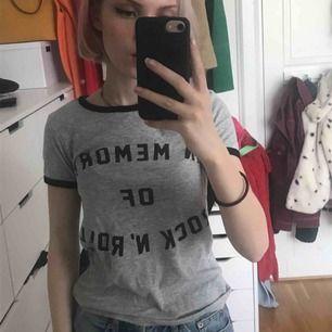 "t-shirt med texten ""in memory of rock n roll"""