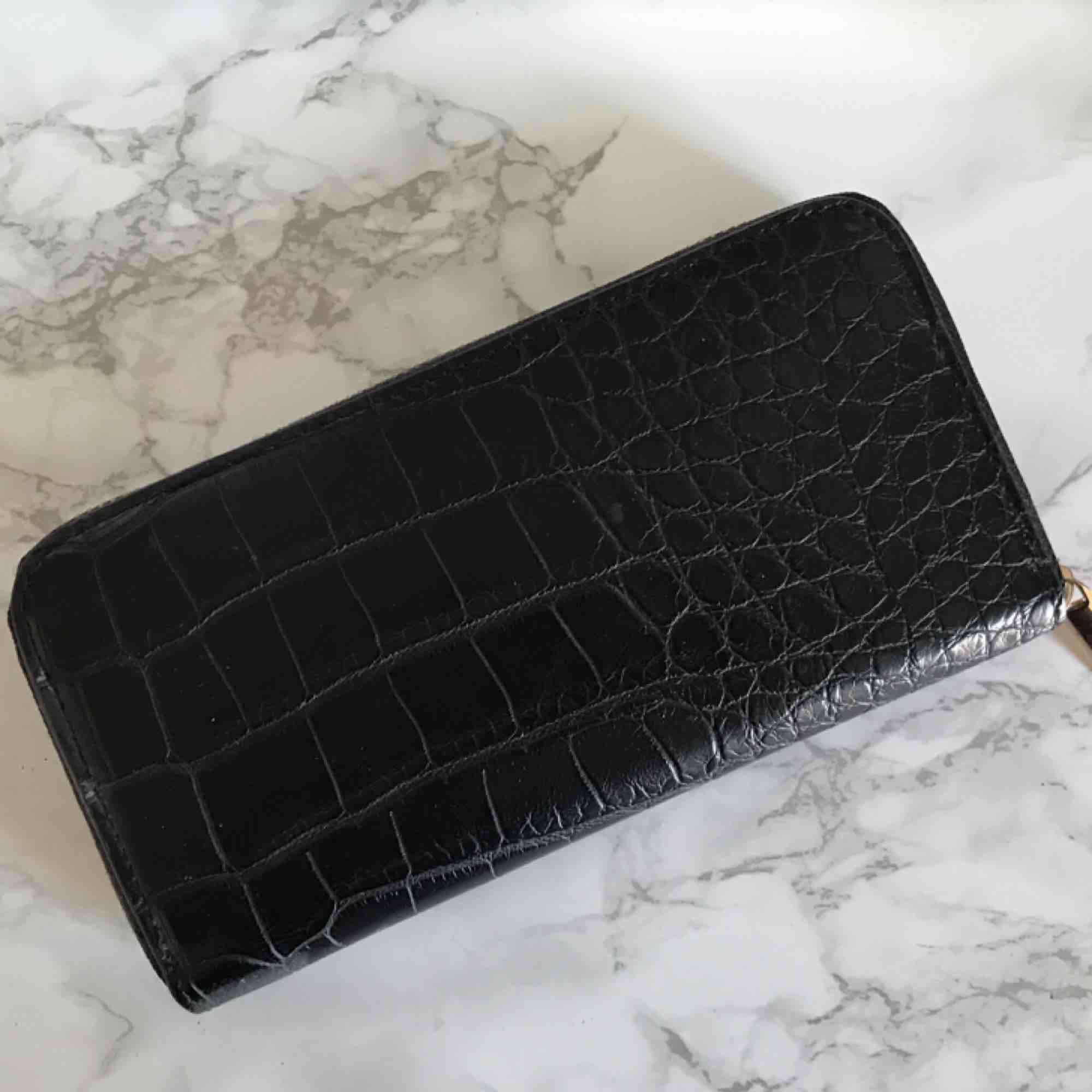 En plånbok i snakeprint från bikbok i JÄTTEbra skick! Prislappen finns inte kvar men jag har aldrig använt den. Hör av dig om du vill ha någon till bild på hur den ser ut inuti eller så. Frakt tillkommer💛. Accessoarer.