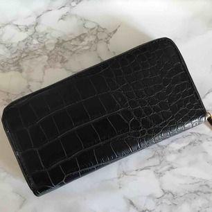 En plånbok i snakeprint från bikbok i JÄTTEbra skick! Prislappen finns inte kvar men jag har aldrig använt den. Hör av dig om du vill ha någon till bild på hur den ser ut inuti eller så. Frakt tillkommer💛