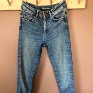 Stretchiga high jeans i nyskick. Använda fåtal gånger. Nypris: 499:-