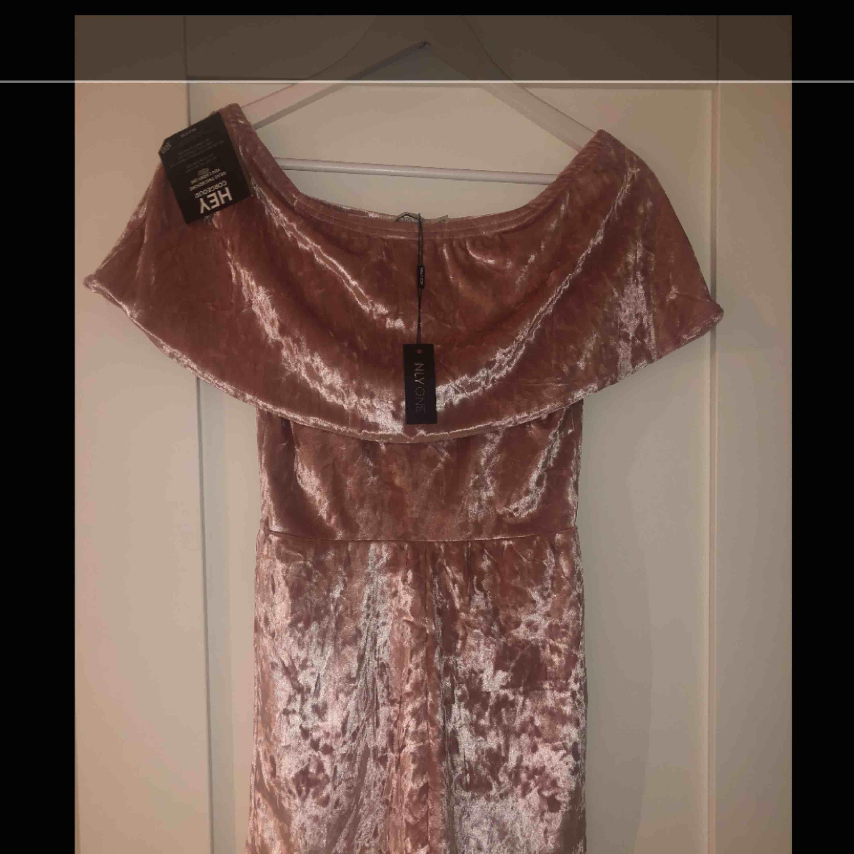 Aldrig använd , lappar hänger på. Köpt på Nelly.com Storlek xs Pris:200kr inklusive frakt. Klänningar.