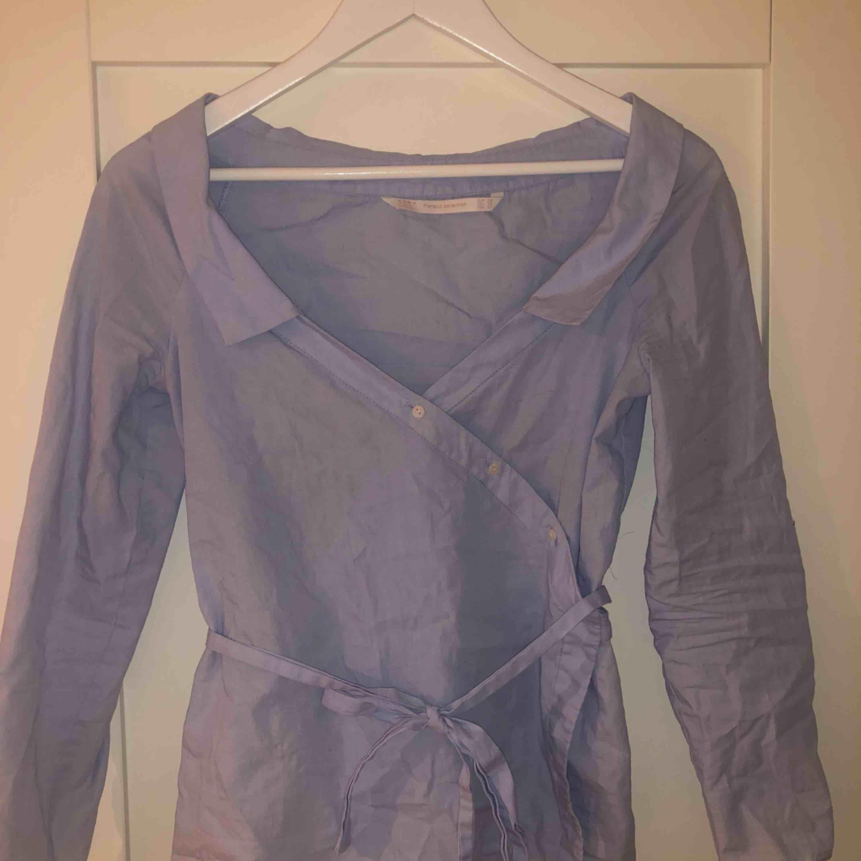 Använd enstaka gånger. Köpt på zara Storlek xs Kan knytas på flera olika sätt. Pris: 150kr inklusive frakt. Skjortor.