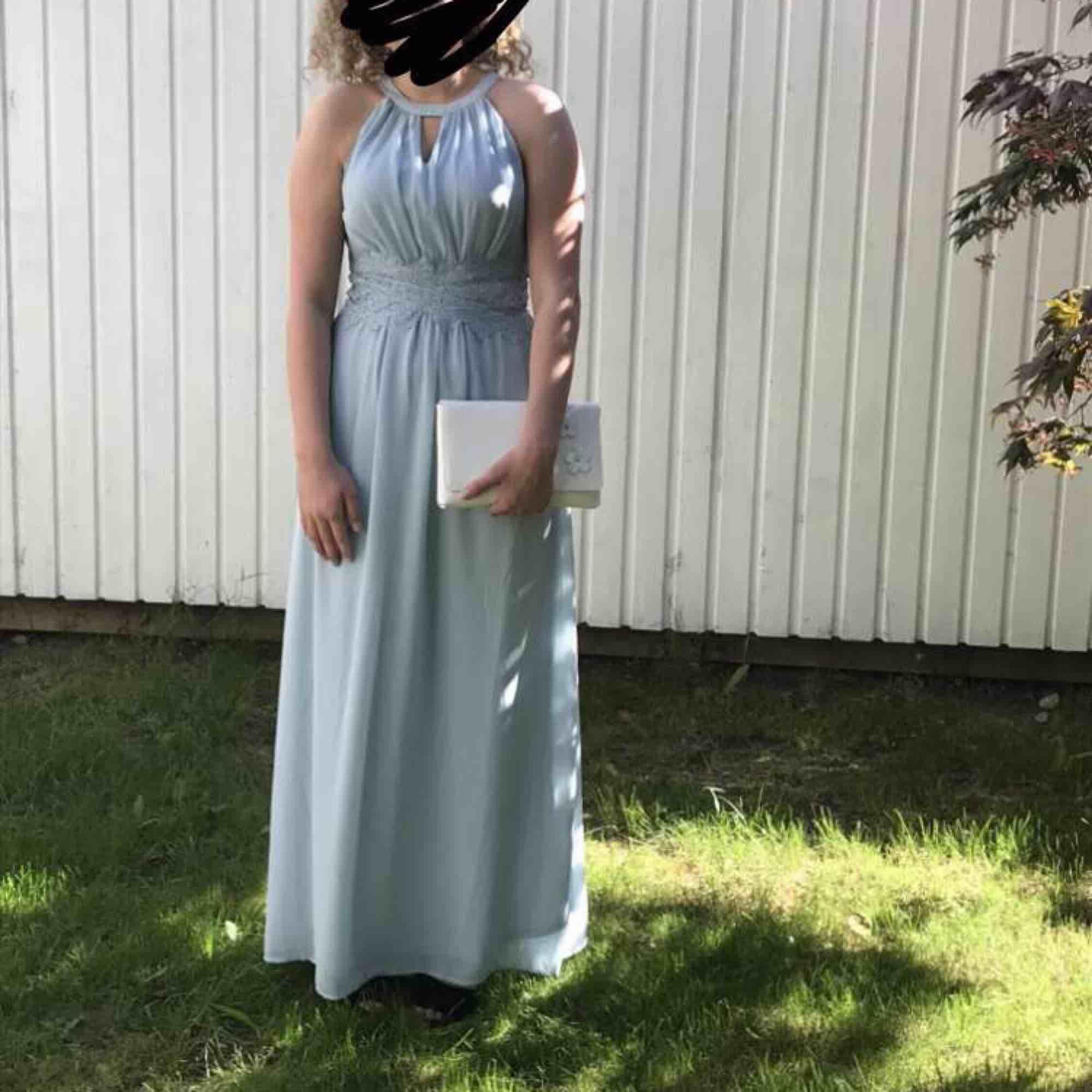 Balklänning använd 1 kväll inga fel!. Klänningar.