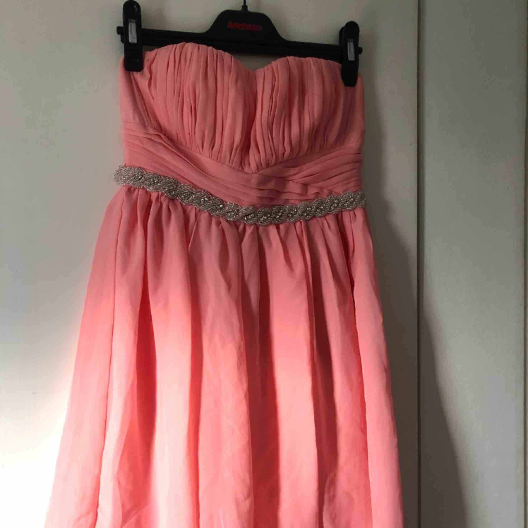 Helt oanvänd kort balklänning från Nelly.com i storlek XS 😻 kan mötas upp i Lidköping eller frakta! Köparen står för frakten. . Klänningar.