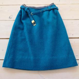 Riktigt cool 60tals kjol i något filtliknande material. Fodrad inuti så superskön. Väldigt unik och fin, förutom två pyttesmå fläckar som knappt syns. Skärp tillhör. Hängt i farmors garderob, så väldigt fint skick! Passar bäst på XS.