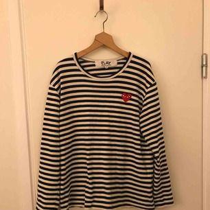 Säljer min svart/vit-randiga tröja från Comme des Garcons. Storlek M. Passar utmärkt om du vanligtvis använder small.