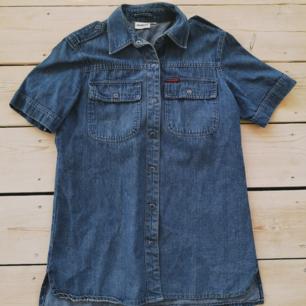 Retro jeansskjorta från Dej och Mej. Riktigt cool och fin, äkta retro. Hängt i farmors garderob. Superfin förutom en pytteliten fläck på ena bröstet som borde gå bort i tvätten. Tror den är märkt 38.