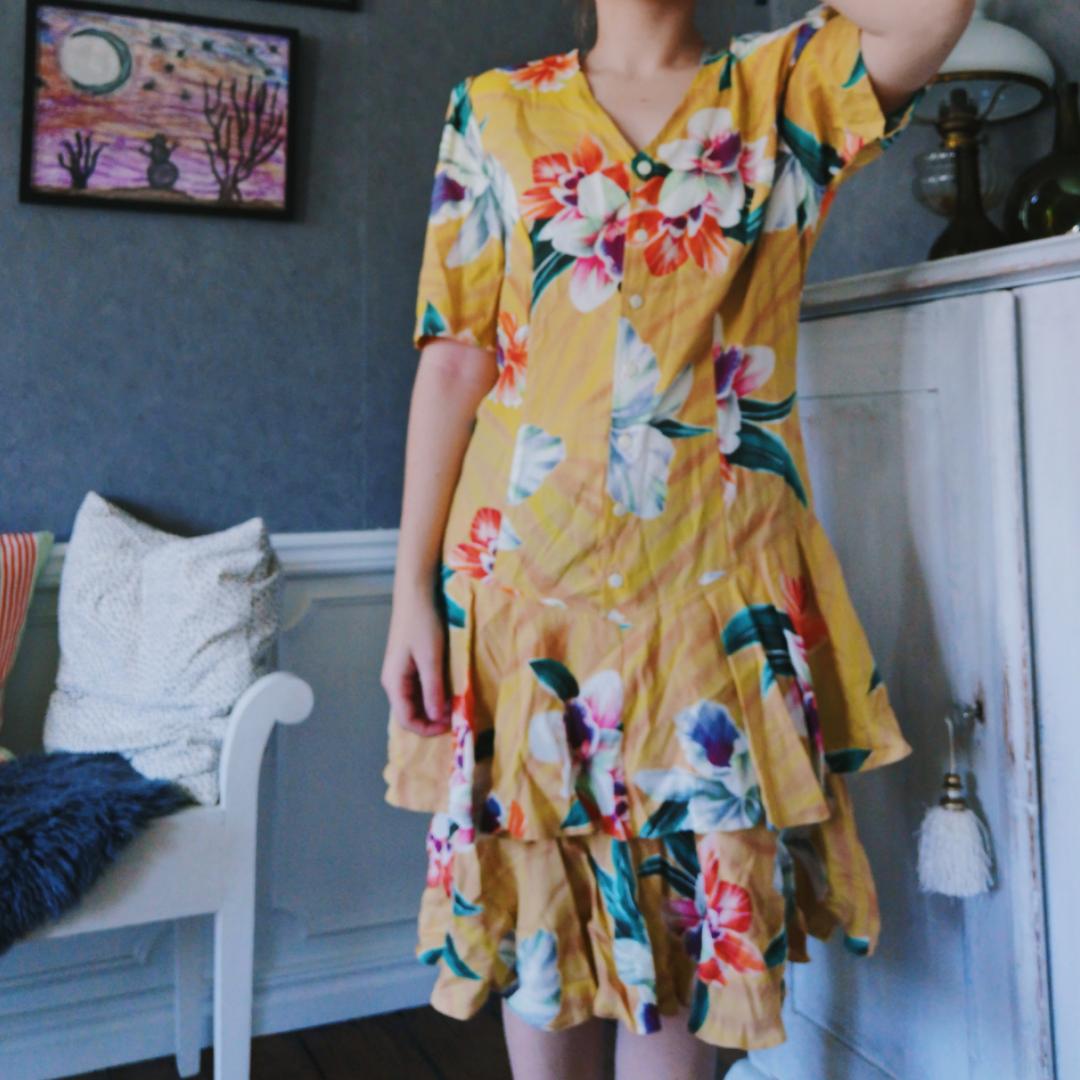 Riktigt cool 80tals klänning i stl 38. Superfin förutom att axelvaddarna i den börjar ge upp lite så innehållet börjat