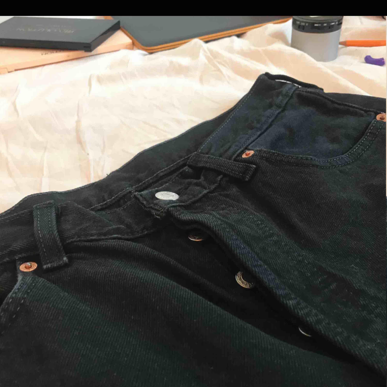 Ett par svarta Levis 501 or, sommen är avklippt längst ner vilket gör byxorna ännu snyggare! Storlek 34w men små i storleken så motsvarar en M och liten L, extremt snygga med bara en snygg topp å ett coolt skärp. Jeans & Byxor.