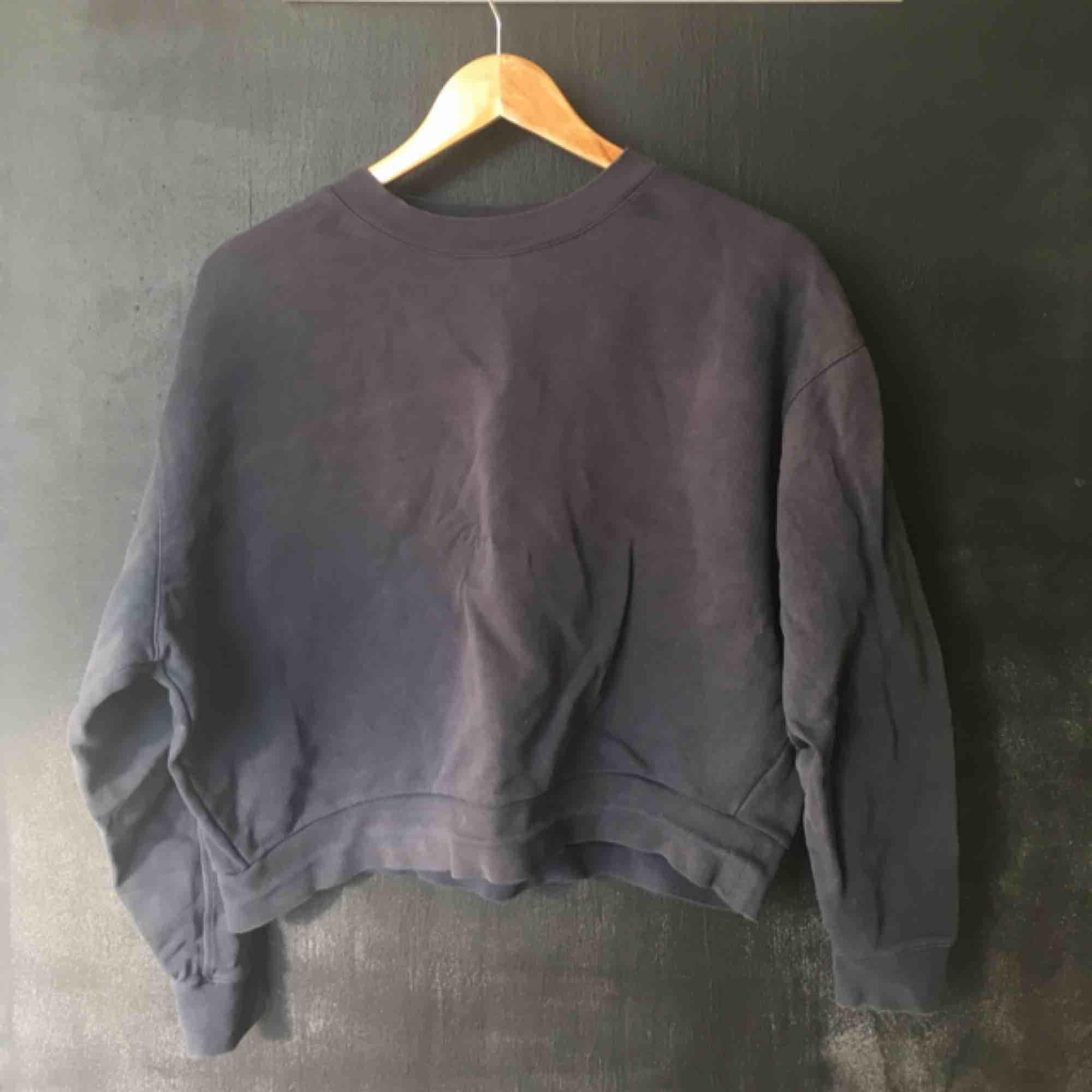 Weekday sweatshirt, mörkblå och oversize. . Huvtröjor & Träningströjor.