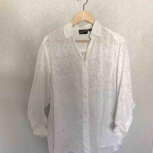 Vintage skjorta köpt i Linköping. Eventuell frakt betalas av köparen (36kr eller 63kr spårbart)