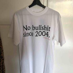 Superfin t-shirt från cheap monday. Helt ny, prislappen är kvar. Försöker sälja då det kostar att returnera. Köpt från herravdelningen på caliroots funkar för tjejer också om man gillar lite mer oversized fits ✨🍒