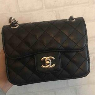 Jätte fin axelrems Chanel väska (ej äkta) säljer den då jag inte använder den typen av väskor längre. Kan gå ner i pris vid snabb affär, Köper står för frakten 😘