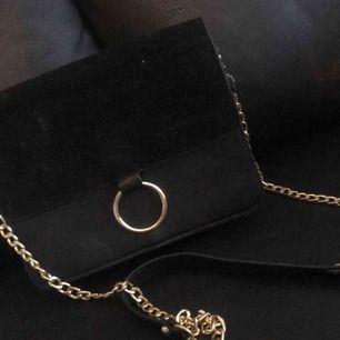 Axelrems väska från Nelly ny pris ca 200-300kr, säljer den då jag inte använder mig utav dessa typer av väskor längre😊