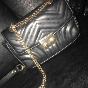 Jätte fin väska ifrån Nelly.com knappt använd, säljer den då jag inte har någon användning utav den😊 köparen står för frakten 😘