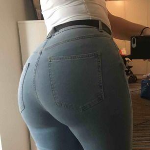 Jeans från ginatricot använda en gång. jag säljer pga de är i fel storlek💗 de är bootcut jeans stretchiga och highwaist💗 frakt inräknat i priset!!