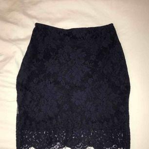 Säljer nu denna marinblåa kjol med spets från bikbok! Sitter väldigt snyggt på eftersom den är figursydd. Endast använd 1 gång! Fraktar men fraktkostnaden tillkommer.