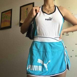 Überballt vintage Puma-set i nyskick 🤩  Underdelen är en kjol med insydda shorts, skitskönt! Det står L men det passar mig och jag brukar bära S, antar att det egentligen ska sitta tightare men det ser bra ut oavsett 💙