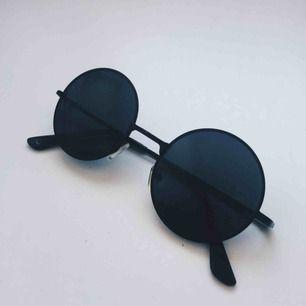 Sjukt feta runda solglasögon, köpt på vintage i Köpenhamn men kommer tyvärr inte till användning. Säljer för 30kr + ev. frakt! ☺️