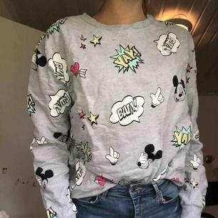 En tjocktröja med Disneytryck, inifrån är det mysig bombull(ludd) som gör att tröjan blir extra bekväm och mysig!  Storlek: Denna passar för all storlekar. (Även För S och M)  Betalsätt: swish  Frakt: Står köparen för