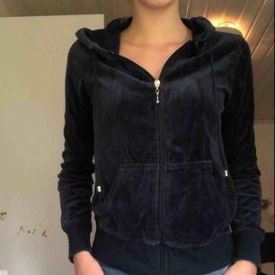 En blå bekväm tröja med dragkedja i sammet!  Frakt: står köparen för men varan kan hämtas gratis i Lidköping  Betalsätt: swish