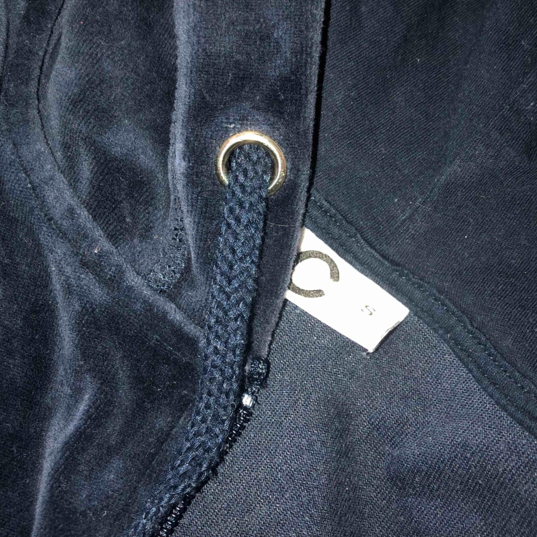 En blå bekväm tröja med dragkedja i sammet!  Frakt: står köparen för men varan kan hämtas gratis i Lidköping  Betalsätt: swish . Huvtröjor & Träningströjor.