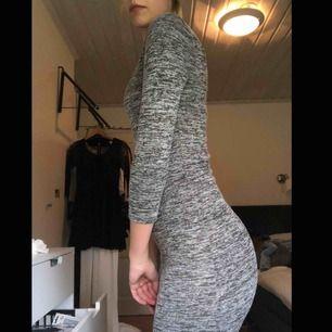 En tajt grå klänning som slutar vid vaden men går att vika upp och göra till en kortare modell. (Se bild)  Frakt: står köparen för men kan hämtas upp gratis i Lidköping  Betalsätt: swish