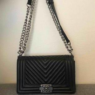 Chanel väska (inte äkta) mycket bra kvalité man märker inte ens om det är fejk.  Frakten ingår ej