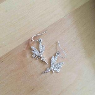Silverfärgade feörhängen