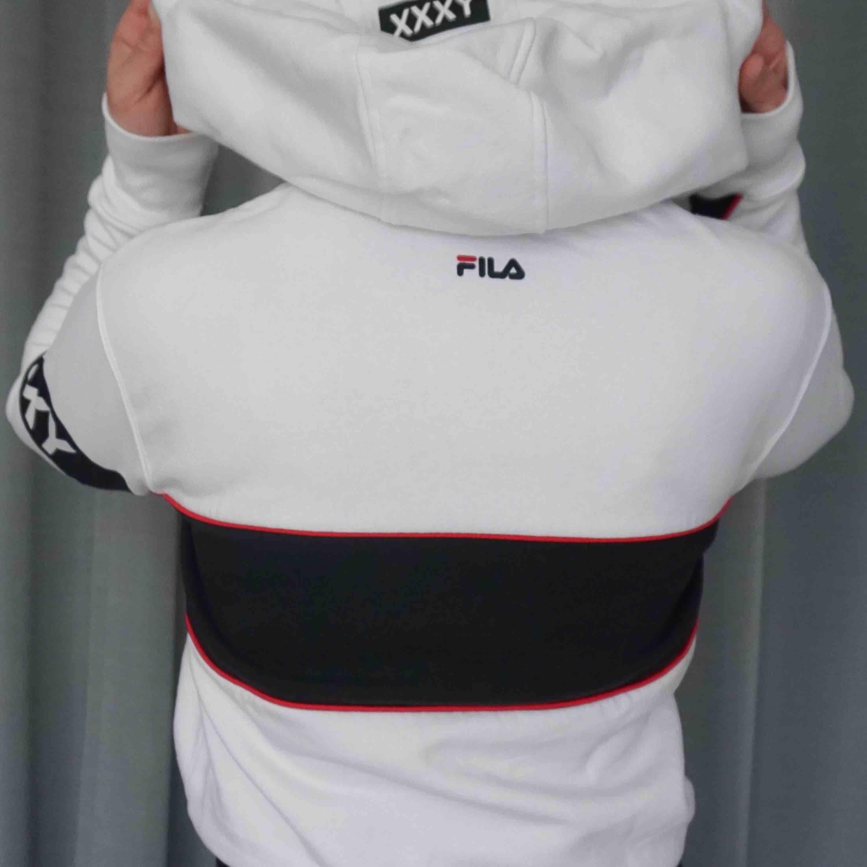 🎾Fila hoodie från XXXY collection, har en dov/gulvit fläck över bröstet men annars felfri!🎾. Huvtröjor & Träningströjor.