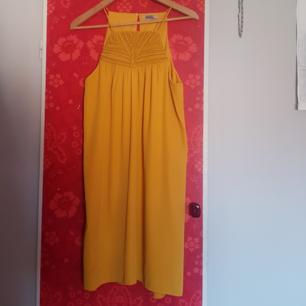 Okra/saffrans gul klänning med broderi fram från Hm, stl 40. Använd 1 gång.