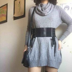 Kort grå sweaterklänning från Gina Tricot 💫 Använd men har mycket liv kvar i sig! Jag är 165cm för referens ☺️ Frakten är inkluderad i priset 👍🏽