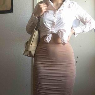 Elegant kjol från Bikbok i strechy silk 🌸 Sitter tyvärr för tight på mig 😢 Den hamnar precis under mina knän (165 cm)   Frakten är inkluderad i priset 😋